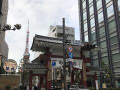 浜松町駅から徒歩10分ほどの所にある増上寺へ向かいます。 こちらは、駅名にもなっている「大門」。 増上寺の表門にあたるそうです。 昨年、80年ぶりの大改修を終えたばかりとのことです。