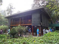 廟の北側にある「ホーおじさんの家」を訪れます。  霧のような細かな雨が舞ってきて、時々傘をさしての散策です。
