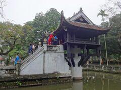 一本の柱の上に立つ、一柱寺を見学。  池の中にすっくと立つ小さなお堂です。   観光客で賑わっていて、急な階段があって、腰痛の女房が登るにはちょっと苦しい。