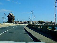 ネセバルの現代の街並みがあるのは黒海沿岸の本土側。  同じネセバルでも、世界遺産に登録されたのは小さな岬の先端にある古い町並みの方。 元々は独立した島だったのを、人工的な砂州で本土と結んで町が築かれたのだそう。  現代は、片側一車線のこんな橋も架けられていて車でも乗り入れ可能。 橋の途中にあるのは、18世紀中ごろに作られたという風車なんですが、今は使われていないようでした。