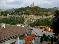 ここはまだ、ブルガリア内陸部にある古都ヴェリコ・タルノヴォ。 旧市街地に予約して行ったスタジオ・ホテルのお部屋からは、見どころになっているツァレヴェッツの丘やそのてっぺんにある大主教区教会がよく見えてわーい!!(^◇^)(^◇^)  「よーし、明日はこの町を歩き倒してやるぞ!」と意気込んでいたのに…、