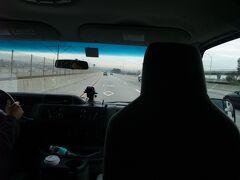 ロサンゼルス国際空港到着後、手配していた送迎車でアナハイムへ!