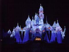 眠れる森の美女の城もウインターバージョンに。