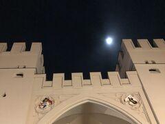 カールス門の上には月が、まるで中世に居る気分