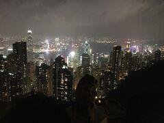 水上レストランの後はまたバスに乗ってビクトリアピークへ。 香港の街を見下ろせるポイントで夜景を見ました。 ここも空気が濁っているせいか、100万ドルの夜景が見れると思っていた期待値よりも低かったため5分程で鑑賞終了。 近くのショッピングモールのスタバでコーヒーを買って温まっていました。