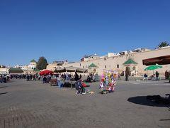エディム広場へ。  この城壁の向こう側が、メディナ(旧市街)の中心になるそうです。