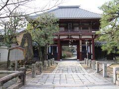 本法寺。ここも日蓮宗本山の一つ。 仁王門。