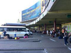8月5日 17時半 ウクライナ・リヴィヴのバスターミナル到着。 スロバキア・コシツェを朝6時半に出発、国境を越えてウジゴロドで乗り換えたバス旅もようやく終わり。あー、疲れた…。