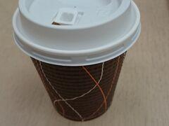 ホテルで朝食を頂き、食後のコーヒーは部屋にて…。 お持ち帰りのカップが置いてあるのは便利です。 チェックアウトして梅田へ。