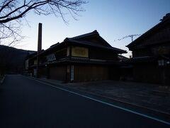 朝5時に名古屋を出発。 7時前に伊勢神宮に到着しました~!  この日は道路や駐車場は規制がありA駐車場には停められません。 B駐車場に停めました~。  朝早いので楽に停められます。  駐車場前のお店はまだ閉まってます。