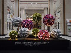 新東京ビルに飾られたのはツリーではなく、フラワーボールが上下に浮遊しているように作られてました