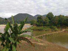 有名な竹橋が見えてきました。 息子(弟)が渡りたがりましたが、もう一つの橋を渡ることにしました。