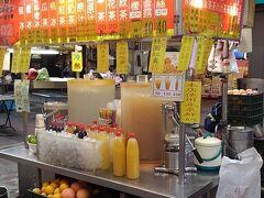 お店の前は24時間営業している雙城街市場。娘がジュース飲みたいと言うので、こちらの屋台で搾りたてのオレンジジュースを買いました。