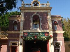 メインストリートUSAを通り、エントランスがあるタウンスクエアへ! シティホールの横にある消防署を! こちらもクリスマスデコレーションがされています。 この消防署は、ウォルト・ディズニーが寝泊まりしていました。