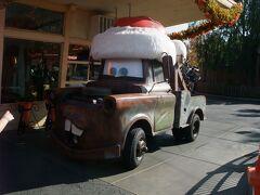 ディズニー・カルフォルニア・アドベンチャーへ移動し、カーズランドへ! カーズのメーターのグリーティングが行われていました。 サンタの帽子を被ったメーターと一緒に写真が撮れます。