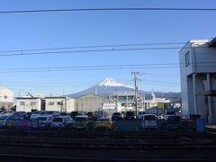 車をJR吉原駅近くの有料駐車場に停めてホームで上りの電車を待っています。