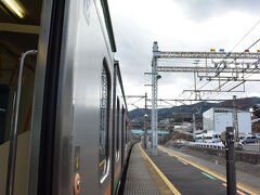 熱海行の電車に乗りました。 雪の影響で少し遅れているようです。