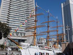 歩道橋を渡って下りたところに1隻の帆船が泊まっています。これが帆船日本丸。この日は満船飾(まんせんしょく)といって色とりどりの国際信号旗で飾りつけされていました。