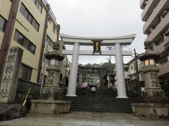 初めは歩こうかと計画していたけれども、雨が大変だったので断念して路面電車で。  諏訪神社に到着。