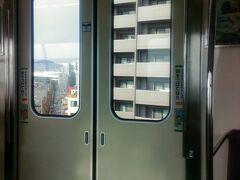 大阪モノレールで移動します。大阪空港~蛍池駅間です。