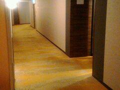 仕事も終わり、ホテル京阪京橋グランデにチェックインしました。今回は最上階の15階です。入口には専用キーがないと開かない扉があります。