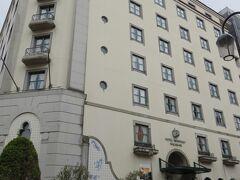 今回のホテルはモントレ長崎。ポルトガルをイメージしたこじんまりとしたホテルです。  荷物を置いて、夕食を食べにお出かけ。