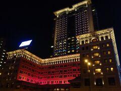 旺角に戻る。 私とは無縁のザ ペニンシュラ 香港。 縁がなくても外観はみることができる。 そして美しい。 一度はこんなホテルに泊まってみたいけど、それだけのお金があったらLCCと安宿で何度旅行ができるのかと考えてしまう。 毎回、旅に出るたび同じことを考えている気もするけど。