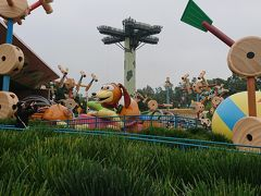 スリンキー・ドッグ・スピン スリンキー・ドッグは走る気満々!自分の尻尾を追いかけ回る彼に飛び乗ろう!(日本語ガイドブックより) 小さなお子さんたちにも人気のアトラクションです