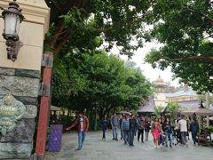ミスティック・ポイント 香港ディズニーランド限定のテーマランド。世界を旅する冒険家が集めた不思議な秘宝がテーマのエリアです。
