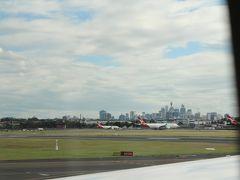 初めてオーストラリア大陸に到着しました。 ちょうど、シドニー国際空港に到着したときに、シドニータワーを中心にした高層ビル群が窓から見えました。 とうとうやってきた!、という感じです。