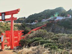 臨時駐車場にクルマを停めると、元乃隅稲成神社へは登っていく向きになります。