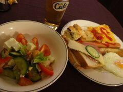 リガ2日目。  ホテルの朝食はビュッフェ形式。 チーズ入りサラダとバナナクレープが美味しかったです。