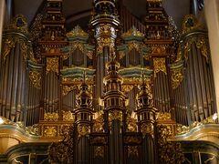 リーガ大聖堂のパイプオルガンは世界最大級。 なんとパイプは約6,700本もあるのだとか。 曲目は、以下の5曲。 正直、鳥肌が立ちました。来てよかった…! コンサートの最後は、演奏者の女性がぺこりとお辞儀をして拍手喝采。  ・ヘンデル:アレグロ マエストーソ ・バッハ:G線上のアリア ・ヴィヴァルディ/バッハ編曲:オルガン協奏曲イ短調 第一楽章 ・グルック:オペラ「オルフェオとエウリディーチェ」より ・ヴィドール:トッカータ(オルガン交響曲五番)