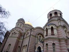 行きと帰りは違う道を選ぶのがこだわりです。 エスプラナーデ公園を横切って旧市街に戻る途中、ロシア正教の教会を見つけました。 救世主生誕大聖堂と言われているようです。 後からガイドブックを見て知りました。