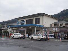 八幡浜駅は、三角屋根の小さな駅舎。