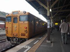 と言っている間に、次なる観光列車「伊予灘ものがたり」が八幡浜駅ホームに入ってきました。松山発の「伊予灘ものがたり八幡浜編」で、2時間余りの「ものがたり」がフィナーレを迎えたところです。