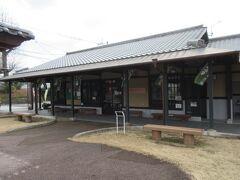 霧島温泉郷から約50分で蒲生交流センタ-に到着。ここは蒲生八幡神社の参道入口前にあり、駐車が可能で「蒲生の大クス」を見に行くには便利です。また蒲生町や姶良市の観光情報や特産品、伝統工芸品も展示販売をしていて、お茶までいただきました。