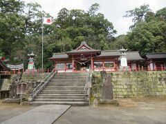 参道を100m程進むと階段の上に蒲生八幡神社があります。そして蒲生の大クスは階段の横にあるのですが、すぐには気づきませんでした。日本一なのに質素です。