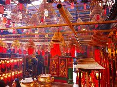 そしてやってきたのは文武廟。 香港島観光の定番の一つです。 ぐるぐる線香で燻されます。