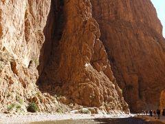 トドラ峡谷に入ってきました。  高さ160mほどの岩。一番狭い部分は20-30mしか離れていないそうです。