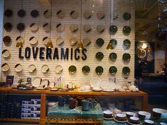 続いてやってきたのはラブラミックス。 ラブセラミックの略らしい。 香港らしいお皿もあったけど、北欧のものもありました。 ここで香港刺繍のナフキン購入。