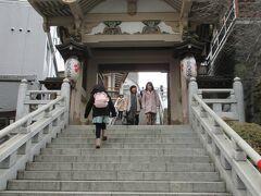 春日通りから湯島天神の夫婦坂を上がって入りました。