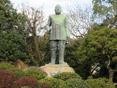 鶴丸城入口から約400mの所には、台座を含めて約8mの西郷隆盛様の銅像があります。軍服姿で愛犬ツンは連れてはいません。