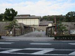 私学校跡の前を通り、お堀と石垣だけが残っている鶴丸城跡(鹿児島城)へ。ここは常時開放なのですが、御楼門の復元中のためかここからは入れませんでした。そこで城の入口がある、鹿児島県歴史資料センター黎明館から城に入ろうと入口に行ったのですが入城は9:00からであったので、今回はパスしました(現在8:35)。 今はたぶん鶴丸城跡へは入城できると思います。