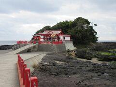 枕崎駅から釜蓋神社に行く途中、東シナ海や枕崎市街地を一望できる露天風呂(源泉かけ流し)がある「枕崎なぎさ温泉」があったのですが、どうしても時間的余裕がなく素通り。今回の旅行で一番心残りの場所でした。   とりあえず枕崎駅から約20分で釜蓋神社に到着。海に突き出た岩礁の上に立つ神社です。