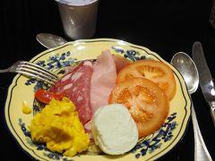 今朝もホテルで朝食。イタリアでは珍しい温かいスクランブルエッグや生トマト。モッツァレラは日本の豆腐のように日常的な食べ物です。