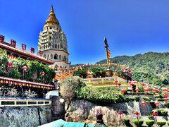 ペナン極楽寺。  極楽寺(ごくらくじ、ケッロクシ Kek Lok Si)は、マレーシアのペナン州にある仏教寺院。ペナン島のアイルイタムの丘の上に位置する。  建築は1893年にはじまり、1904年に第1期の工事を完成した。清の光緒帝は極楽寺のために7万巻の経典や石碑を贈った。  巨大なパゴダ(万仏宝塔)は1915年から1930年までかけて作られた。巨大な観音像ははじめグラスファイバー製で1986年に作られたが壊れてしまい、現在の観音像は2002年に公開された二代目である。 (wikipediaより)