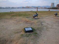 そろそろ夕日の沈む頃…島根県立美術館にやってきました。 宍道湖畔にある「宍道湖うさぎ」をさがします、あった、あった。