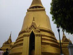 曇っているので、この黄金の仏塔もあまり映えませんね。 エメラルド仏陀はいい感じでした。 持っていったデジカメのズームが役に立った。