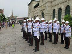 兵士が隊列を組んで闊歩してます。 王宮の前に止まり、礼を尽くします。 兵隊さんの腕の振り方が、特徴的です。